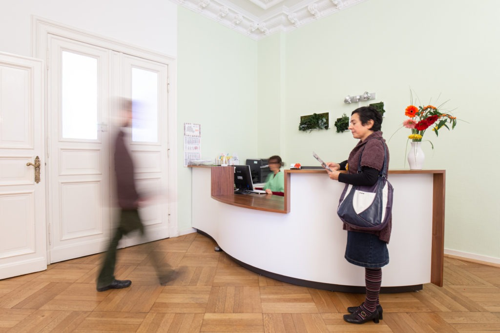 Empfangstheke Berliner Arztpraxis in Moabit